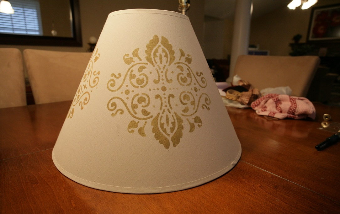 The painted stencil on the shade.